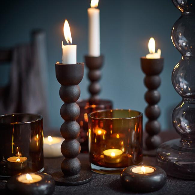 Brunt-og-rustikt-høstbord-i-mørke-nyanser
