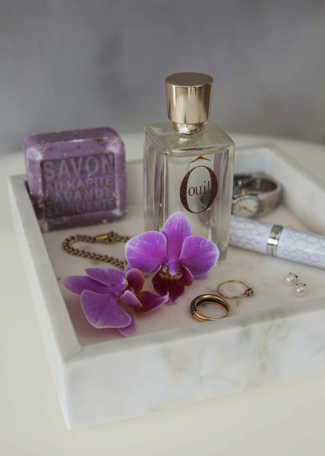 Brett med vakre produkter på badet