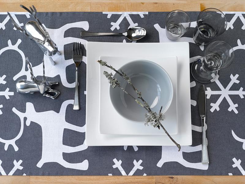 005 INTERIØRTIPS - borddekking av festbordet, serviettbretting og blomsterdekorasjoner
