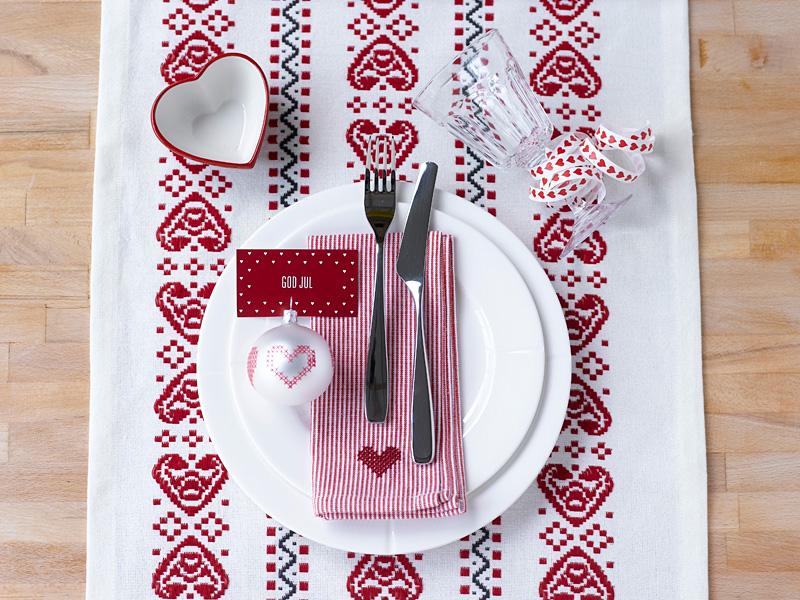 011 INTERIØRTIPS - borddekking av festbordet, serviettbretting og blomsterdekorasjoner