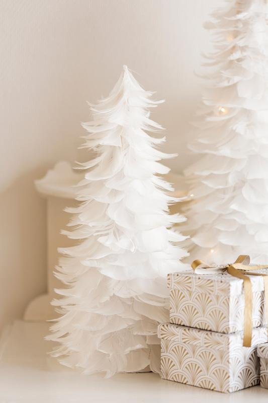 013 JULEDEKORASJONER Hvitt juletre av fjær FOTO Kremmerhuset
