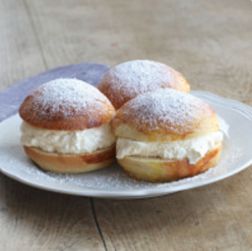 Oppskrift på litt sunnere sukkerfrie fastelavnsboller med Sukrin og FiberFin