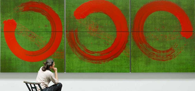 Fabienne Verdier devant une de ses oeuvres