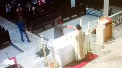Photo of بالفيديو: رجل ينتهك قدسية مذبح كنيسة القدّيس أنطونيوس البدواني في بروكلين خلال القدّاس