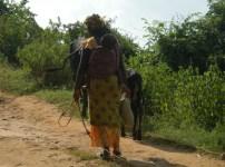Mutter mit Kind hütet die Tiere