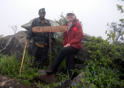Anbringen des Schildes am Gipfel