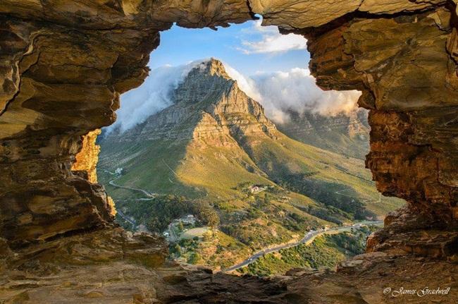 vista-de-la-montana-desde-una-cueva