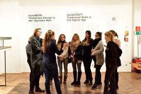 Viktoria Calvo-Tomek, MAK-Ausstellungsorganisation, mit NDU-Studierenden