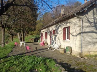 La terrasse sur le flanc de colline, devant la maison (photo d'avril, c'est encore le printemps)