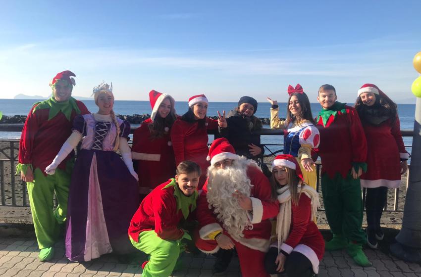 Elfi e giostre gonfiabili in via Litoranea: il Comune organizza il Natale in periferia e fa felice i bambini.