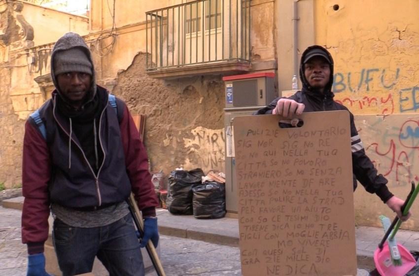 Due immigrati s'inventano il lavoro: ripuliscono le strade e diventano netturbini di quartiere.