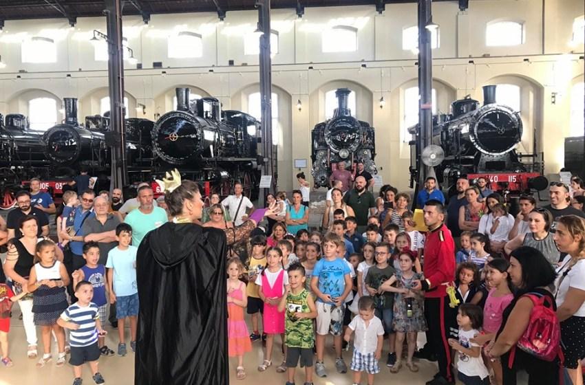 Con i supereroi tra le locomotive di Pietrarsa: i bambini entrano in una fiaba.