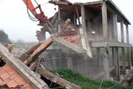 Abusi edilizi e demolizioni: corteo a Napoli in difesa della casa