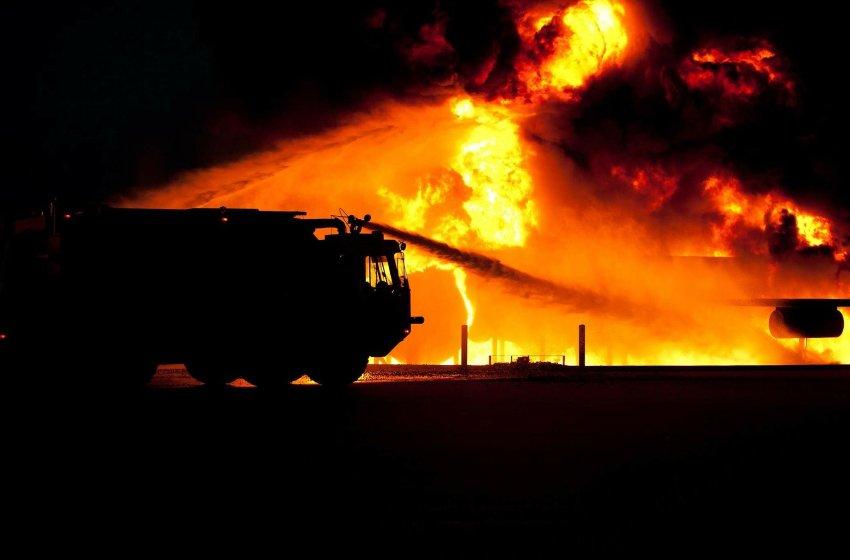 Cosparge i mobili di alcool e appicca il fuoco: distrutto un villino in secondo vico San Vito