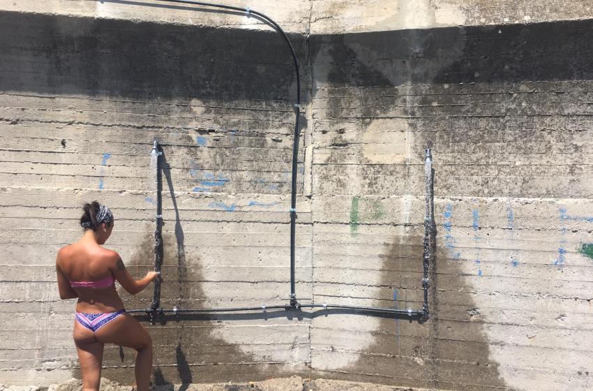 Spiagge libere riqualificate: il Comune offre le docce ai bagnanti