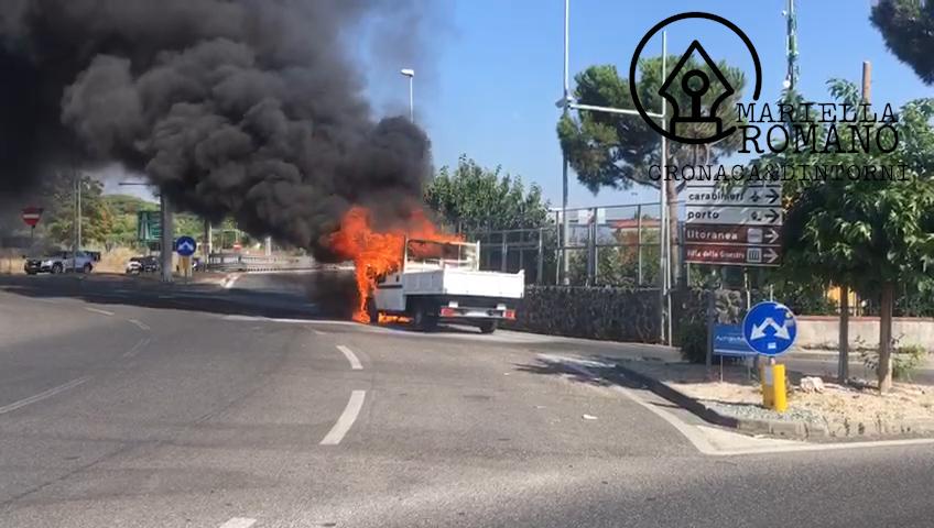 Furgone brucia a pochi metri dall'autostrada: il video e le foto dell'incendio