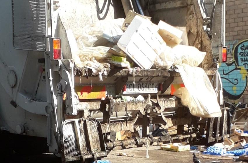 Scempio ambientale nell'area del mercato: i camion dei rifiuti scaricano percolato