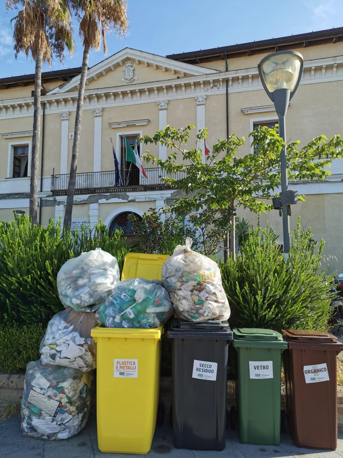 Cumuli di rifiuti sotto gli uffici del sindaco: disastro spazzatura a Torre del Greco