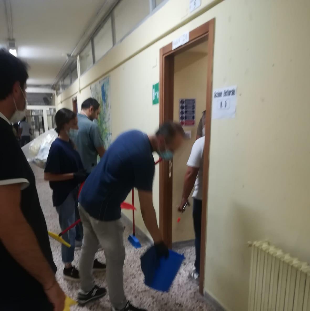 Sanificazione bluff nei seggi elettorali: operai con secchio, straccio e paletta