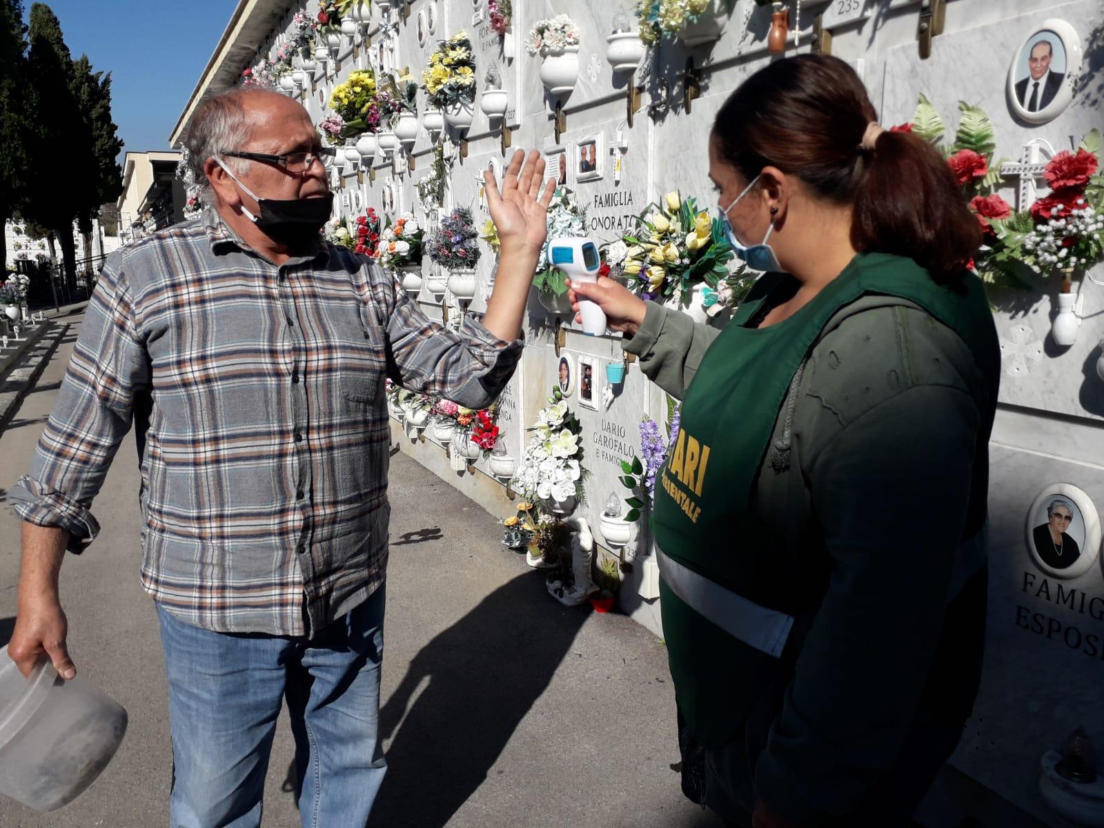 Cimitero, percorsi obbligati e controlli anti Covid: così cambia la visita ai defunti