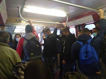 Circum, treni super affollati e poche corse: protestano le mamme di studenti pendolari