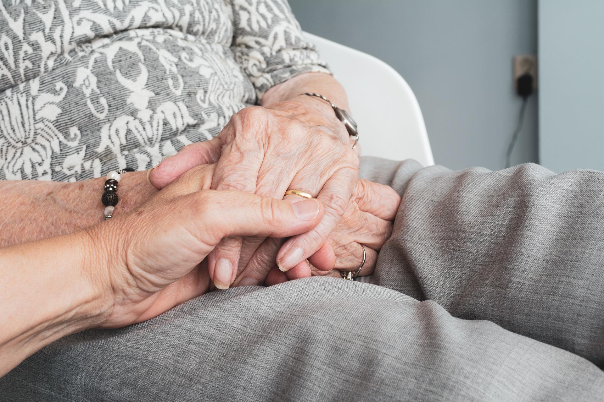 Covid, continua la strage degli anziani: morti un uomo e una donna. Aumentano i guariti