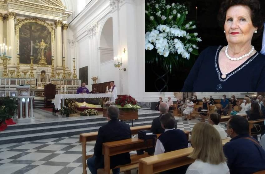 """Lacrime e tanto amore al funerale di Giulia. Il parroco: """"Solo lo stolto scappa per non riparare all'errore"""""""