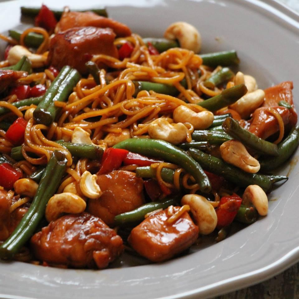 kip-cashew-met-noodles