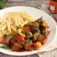 Mediterraans stoofvlees met courgette en paprika