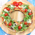 Kerst pizza, pizza in het model van een kerstkrans