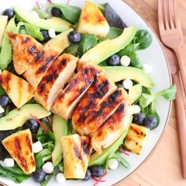 Salade met honing-mosterd kip, blauwe bessen en Bettina geitenbkaasbolletjes