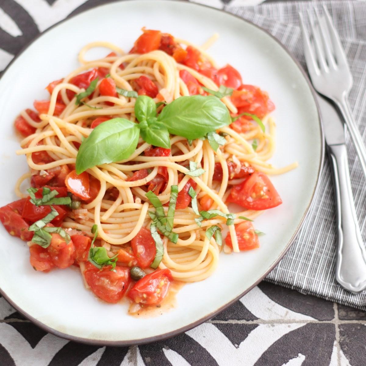Spaghetti met een saus van verse tomaten