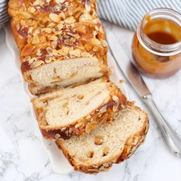 Brood gevuld met appel en gezouten karamel