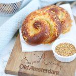Hartige bolus met Old Amsterdam, mosterdzaadjes en dille