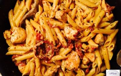 Penne au poulet, mozzarella et tomates confites. Un plat pour gourmands raffinés !