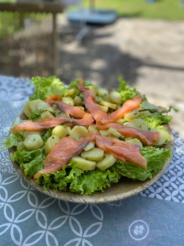 Salade de pommes de terre, herbes et saumon fumé