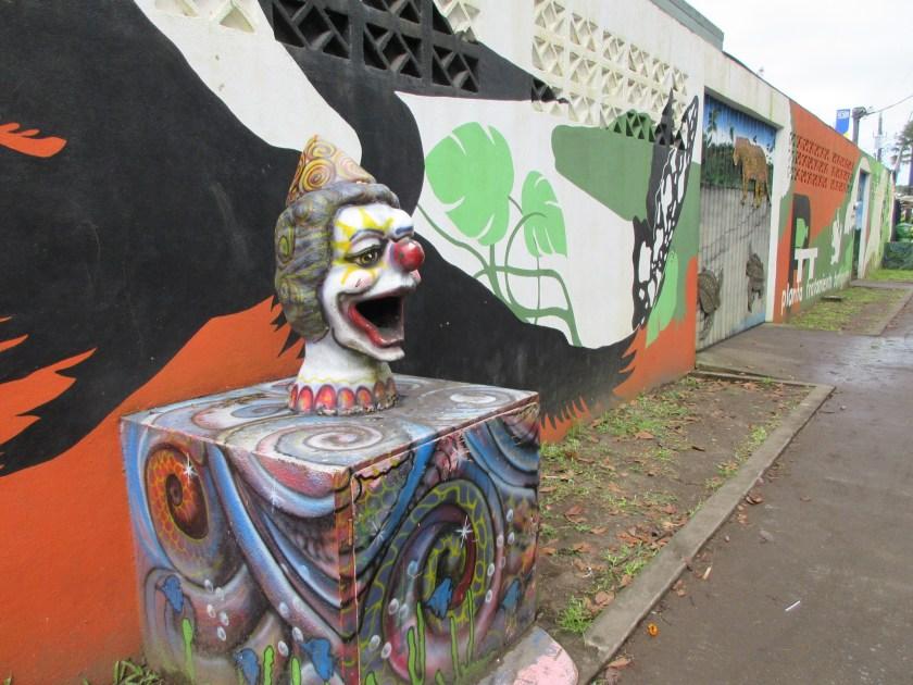 Der Clown ist übrigens ein hübsch getarnter Abfalleimer