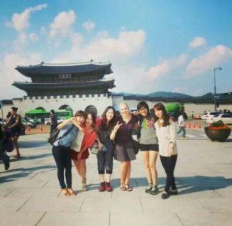 Meine Mädels und ich vor dem Tor des Gyeongbokgung-Palastes, an dem wir vorher vorbeigekommen sind