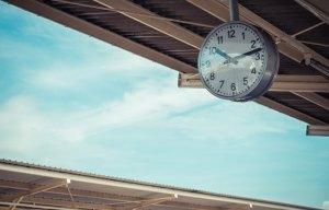 Foto einer Bahnshofsuhr am Bahnhof