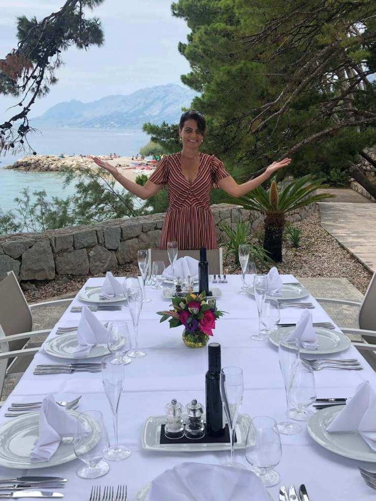 Marijana Brdar präsentiert den gedeckten Essenstisch.