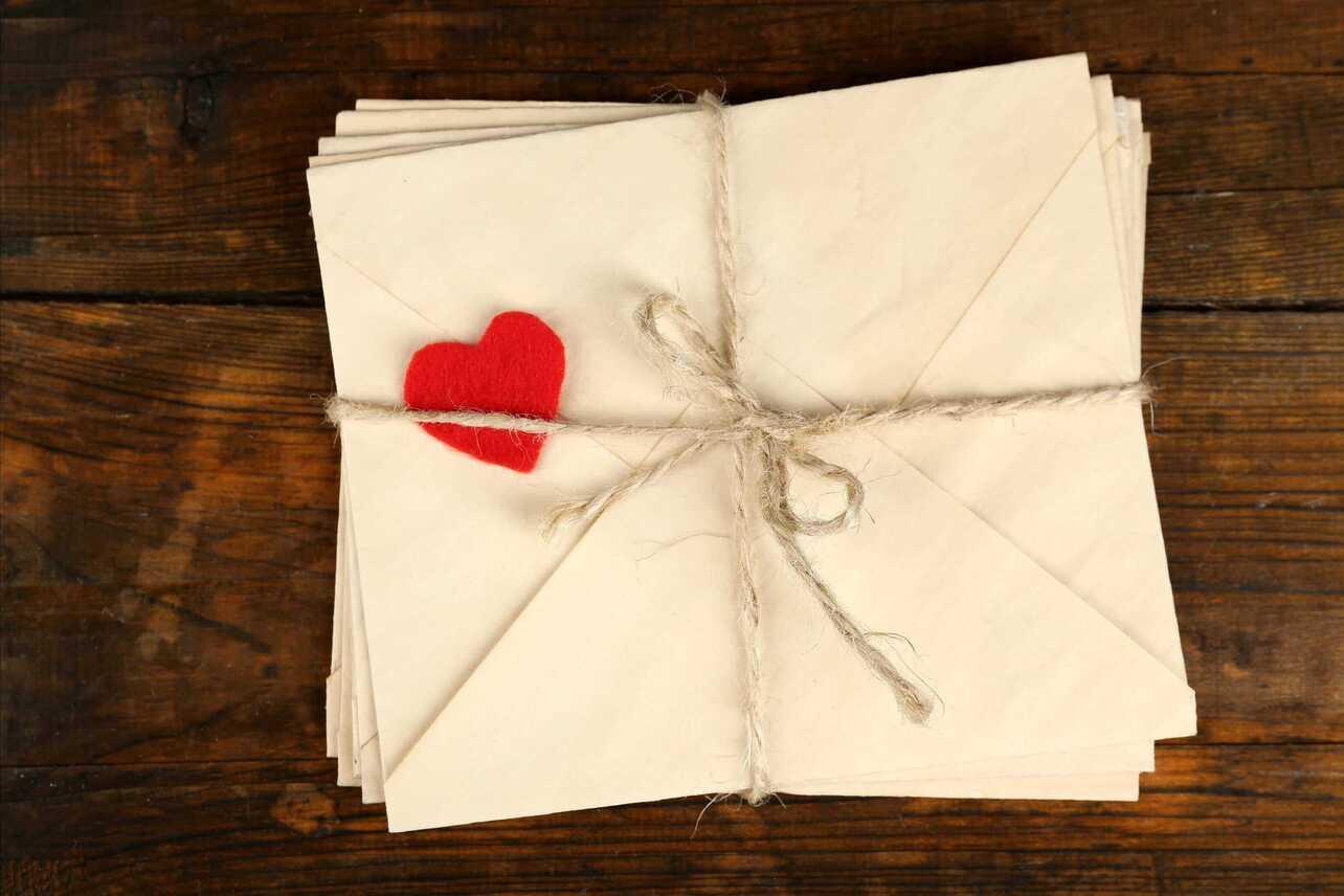 Briefe, eingepackt in Packband mit einem Stoffherz.