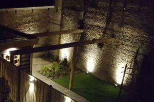 de oude muur is 's avonds verlicht