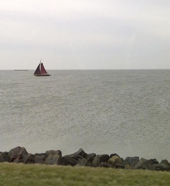 Zeswoordenverhaal, Lente. Oude boot, veel wind, lekker zeilen.