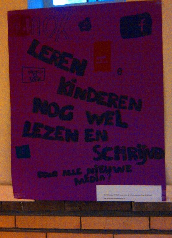 Poster ouderavond. Leren kinderen nog wel lezen en schrijven door alle nieuwe media?