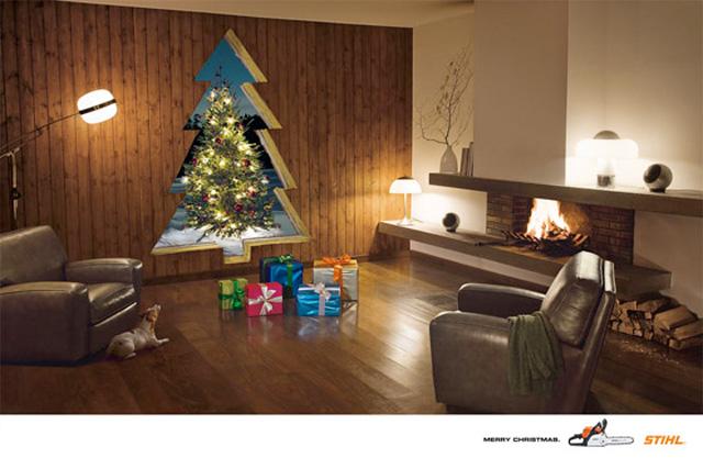 kerstboom uit muur gezaagd om kerstboom te kunnen zien