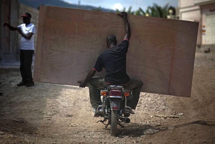 Vervoer, een plank vervoeren achter op de motor