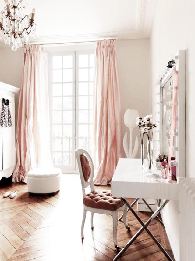 This room with pretty pink details.. I was gushing over this from the moderncountrystyle blog.