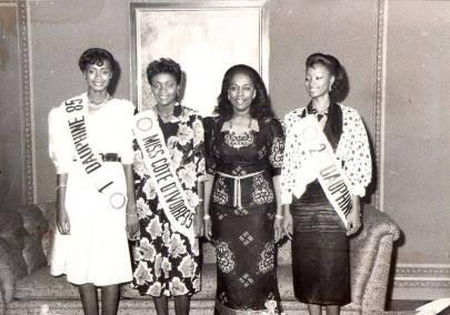 Marie-Thérèse Houphouët- Boigny en compagnie de Rose armande Oula, Miss cote d'ivoire 1985 et ses dauphines Mlles Nahounou et Zouzoua.