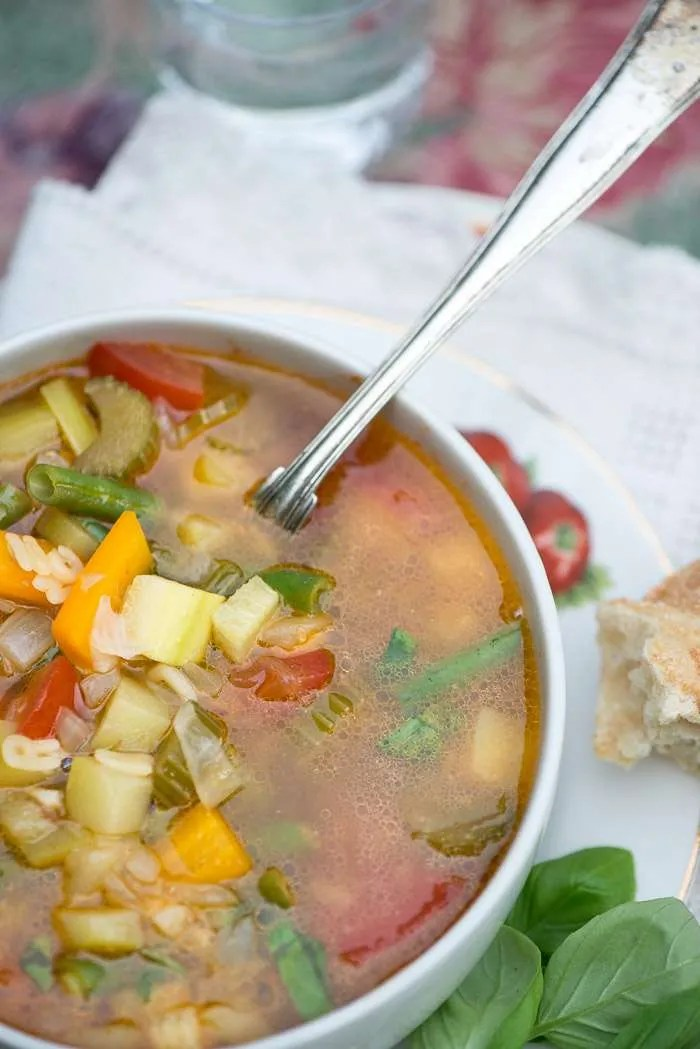 Nem og lækker opskrift på tomat Minestrone fra Marinas Mad. Suppen er vegetarisk og dejligt mættende.