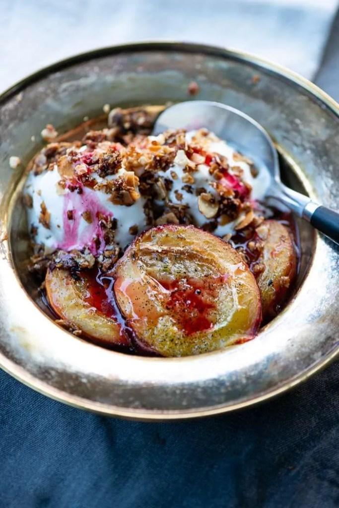Opskrift på nem blomme dessert med bagte blommer